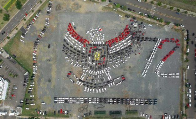 Ratusan mobil berbaris berwujud burung Garuda