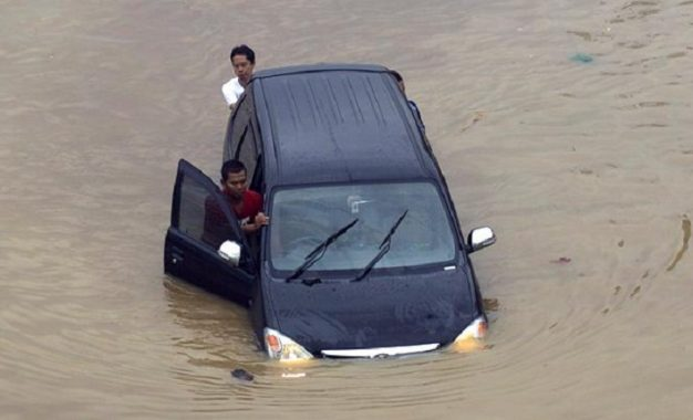 Bagaimana selamatkan kendaraan anda jika terjebak banjir